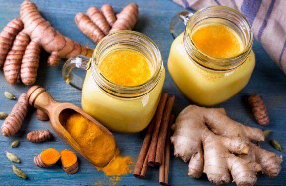 Złote mleko w słoikach z korzeniami kurkumy