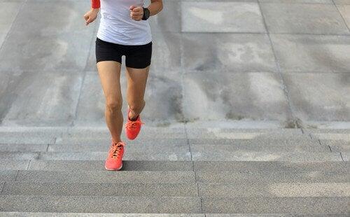 Kobieta biegnąca po schodach - trening szybkości i siły