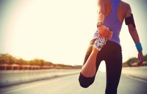 Kobieta rozciągająca się przed bieganiem