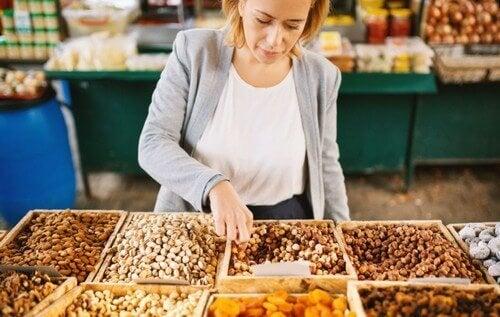 Kobieta wybierająca orzechy na rynku