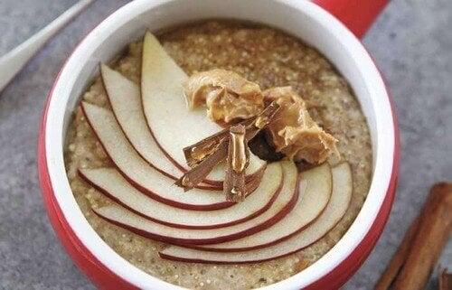 Owsianka, masło orzechowe i jabłko