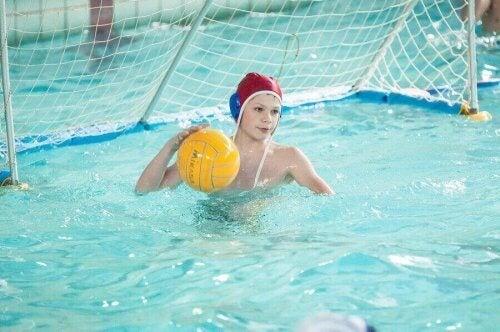 piłka wodna - chłopiec stojący na bramce