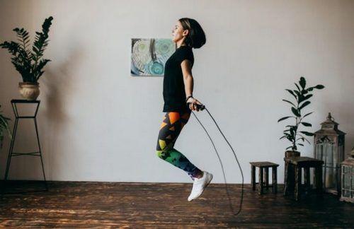 kobieta robi ćwiczenia ze skakanką