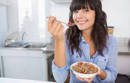 Kobieta zjada makaron pełnoziarnisty - indeks glikemiczny