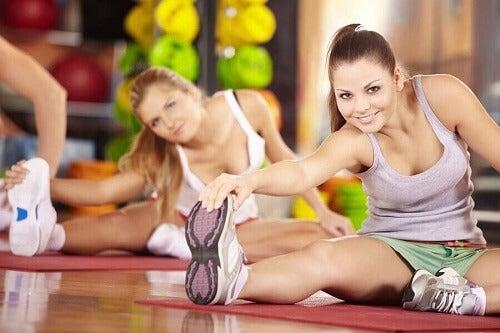 kobiety rozciągające się po treningu