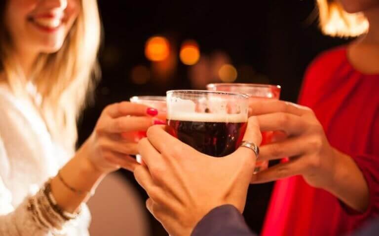 Kobiety wznoszące toast