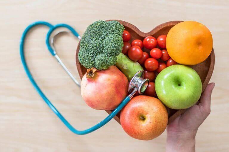Serce ułożone z warzyw i owoców - witaminy i minerały dla sportowców