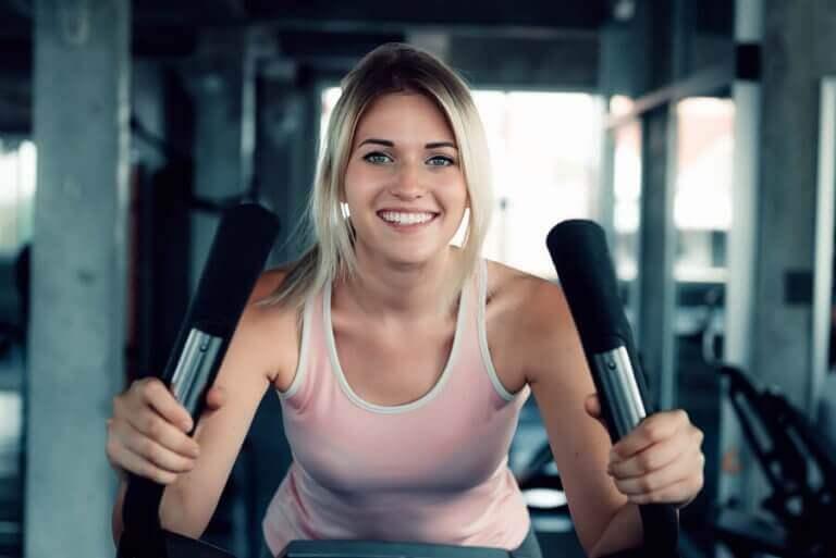 Uśmiechnięta kobieta ćwicząca kardio - kulturystyka czy kardio?