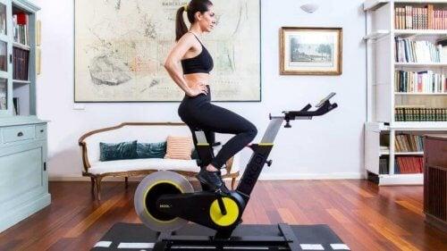kobieta ćwicząca na Bkool Smart Bike