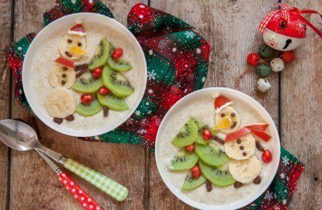 menu świąteczne - bałwanki i choinki z kiwi i bananów