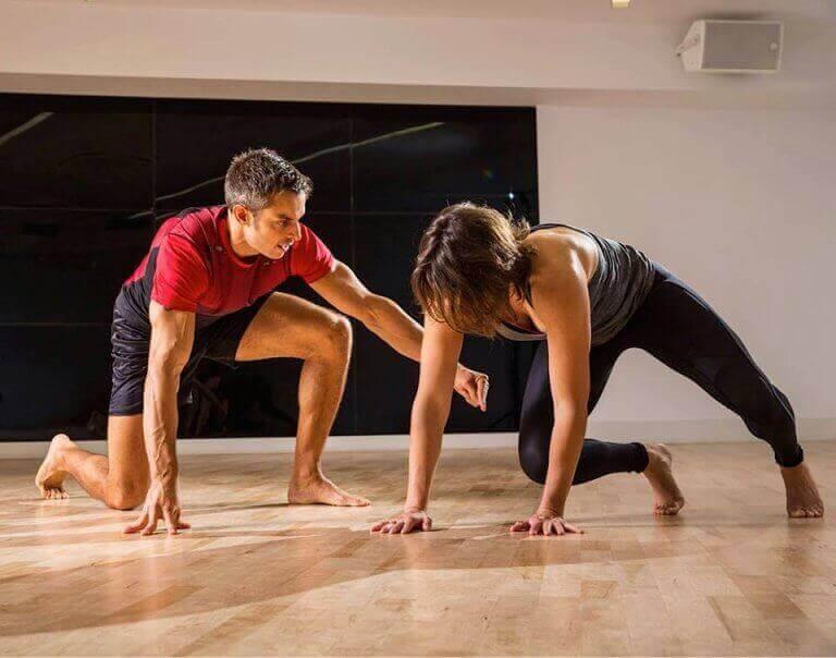 Kobieta i mężczyzna ćwiczący Animal Flow