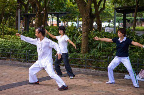 grupa ludzi ćwicząca w parku