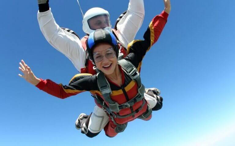 Kobieta i mężczyzna skaczący na spadochronie - klasyfikacja sportów