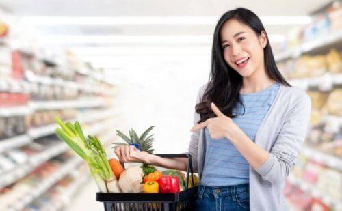 Kobieta w supermarkecie