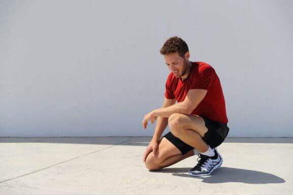Biegacz z bólem kolana - błędy popełniane przez biegaczy