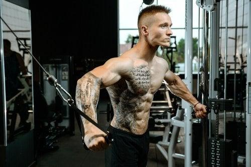 ćwiczenia mięśni klatki na wyciągu