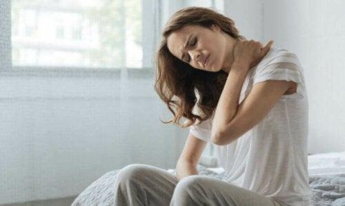 Ból karku: poznaj jego najczęstsze przyczyny