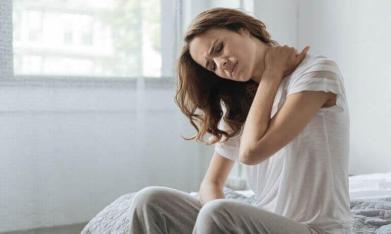 Kobieta masująca kark - gdy joga sprawia ból