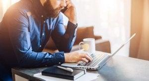 Mężczyzna z komputerem - jak zwiększyć produktywność?