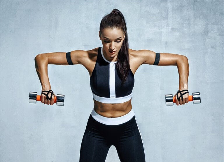Kobieta ćwicząca ramiona