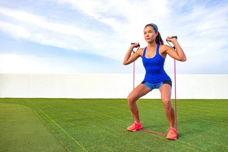 Kobieta ćwicząca z gumami - trening pump