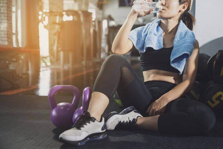Kobieta odpoczywająca po treningu