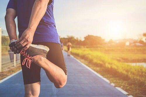 Mężczyzna robi ćwiczenia rozciągające nogi