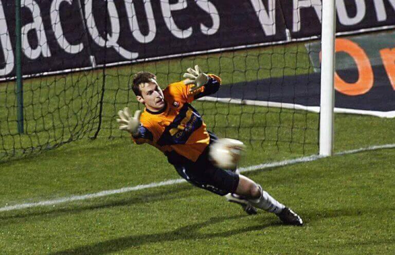 Petr Cech łapiący piłkę