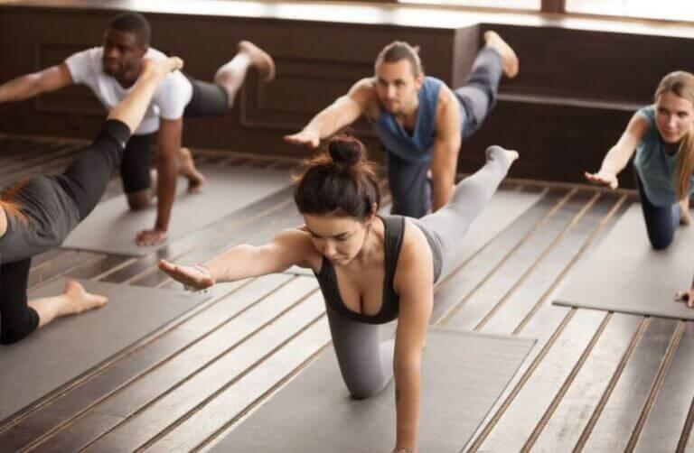 unoszenie ramion i nóg na ćwiczenie brzucha