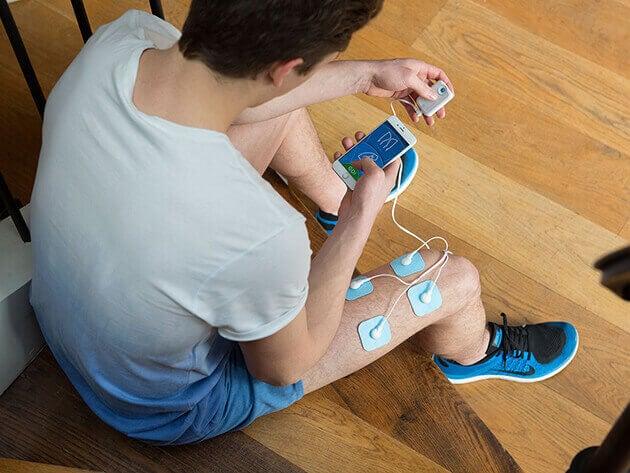 Mężczyzna z elektrodami na udzie
