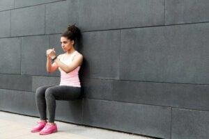 sposób na wzmocnienie mięśni - przysiady przy ścianie
