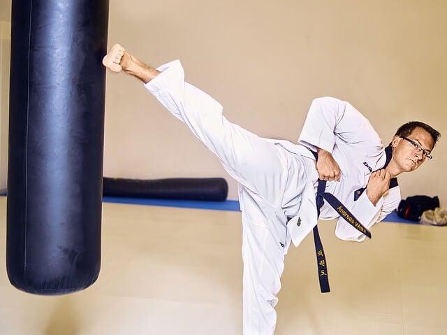 taekwondo sporty walki mężczyzna kopie w worek