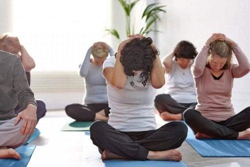 Grupa osób wykonujących ćwiczenia na szyję