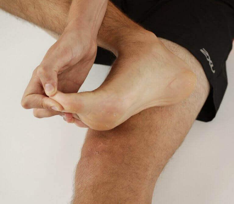 Mężczyzna rozciągający stopę