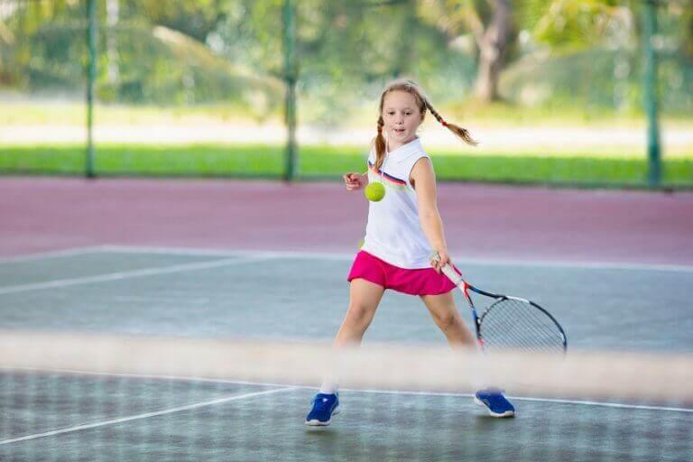 Dziewczynka grająca w tenisa