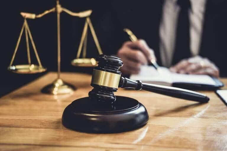 Młotek sędziowski - kodeks postępowania dyscyplinarnego RFEF
