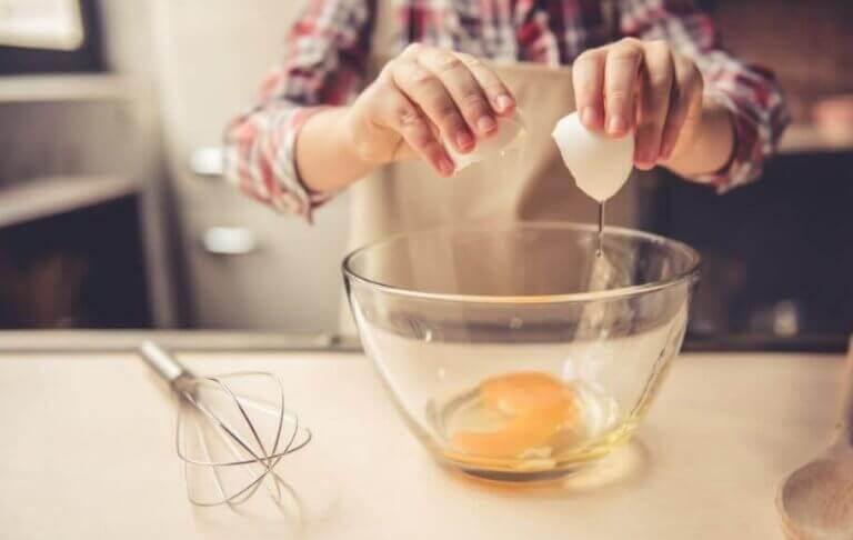 Wbijanie jajek do miski