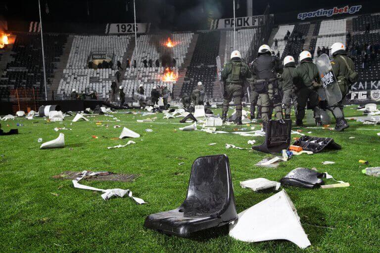 Zniszczony stadion i policja