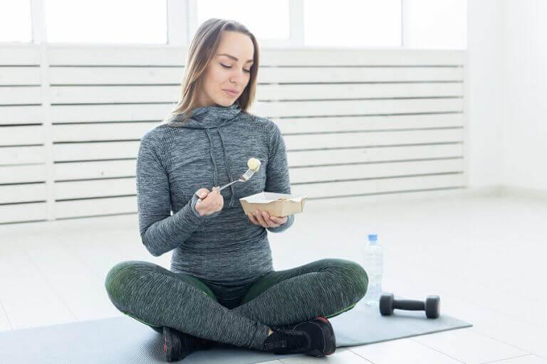 Kobieta jedząca posiłek po treningu