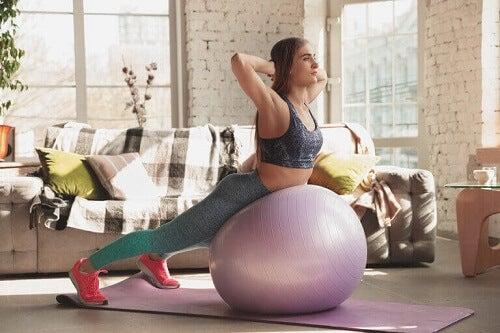 Piłka gimnastyczna: jak wzmocnić na niej mięśnie core?