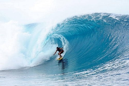 surfer na plaży teahupo