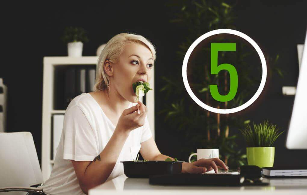 Jedząca kobieta - jak utrzymać wagę?