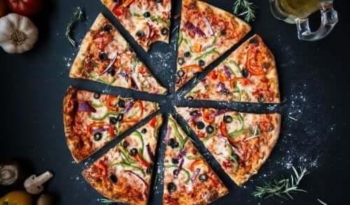 Pokrojona pizza. Owies w cieście do pizzy