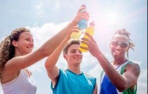 sportowcy pijący elektrolity