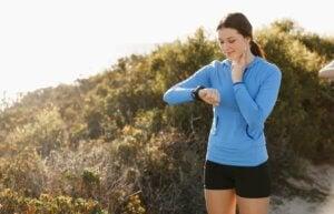 30 minut ćwiczeń dziennie, Kobieta na spacerze w górach