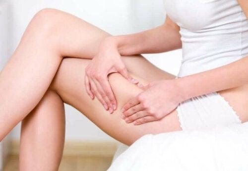 Zatrzymywanie wody w nogach i brzuchu: jak z nim walczyć?