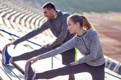 para robi rozciągające ćwiczenia przed treningiem