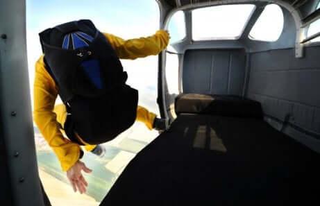 skydiving mężczyzna wyskakuje z samolotu