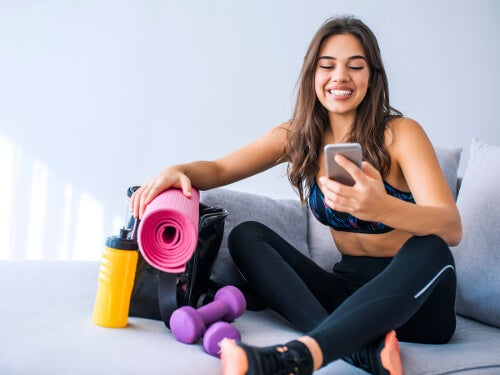 Kobieta na gimnastyce z telefonem