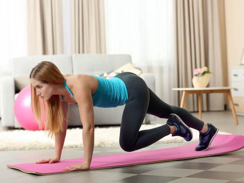 kobieta ćwicząca nogi